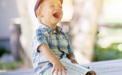 lachend kind met boek