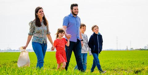 wandelend gezin